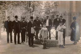 Photo Ancienne /carte Photo CONTREXEVILLE 1919  Groupe De Personnes Dont 2 Femmes Et 2 Enfants Au Pavillon De Cure - Personnes Anonymes