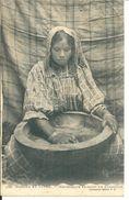 Femme  Mauresque Faisant Le Couscous - Cartes Postales