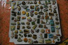 Lot D'environ 94 Pin's Avec Leurs Attaches - Lotes