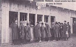 Guerre 14-18, Prisonniers Français Au Camp De Zossen En Allemagne Venant Prendre Leur Dîner (622) - Guerre 1914-18