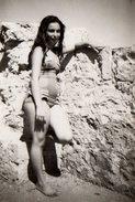 Photo Originale Plage & Maillot De Bain Pour Pin-up Sexy Aux Rondeurs Sympathiques Sur Un Rocher Vers 1960/70 - Pin-Ups