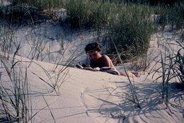 Photo Couleur FKK - Nudisme - Naturisme - Nu - Femme Nue En Mode Lecture Dans Les Dunes En 1961 - Reproductions
