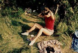Photo Couleur FKK - Nudisme - Naturisme - Nu - Femme Se Rhabillant Dans La Nature Avec Jumelles & Crème Nivea - Riproduzioni