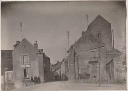 VEZELAY ( Yonne 89)  Rue Avec Publicités Murales (Byrrh) Et D'un Marchand De Cartes Postales 126x178  Dos Vierge - Places