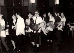 Amusante Photo Originale Le Porté De Femme, Les Mollets à L'air - Jeux En Société Et Rire Assuré En 1969 Jambes Poilues - Personnes Anonymes