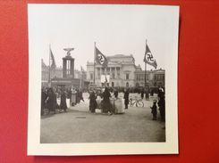 Foto WW2 Kundgebung Berlin ?  Auf Platz Mit Hakenkreuzfahnen Und Symbolen Dokumente Zum Polenfeldzug Agfa Lupex Ca. 1940 - Guerra, Militari