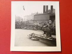 Foto WW2 Panzer Tank Berlin ? Auf Platz Mit Hakenkreuzfahnen Und Symbolen Und Soldat Stahlhelm Agfa Lupex Ca. 1940 - Guerra, Militari