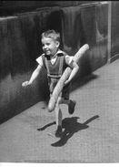 D'après Photo Willy Ronis PARIS 1952 (petit Garçon Baguette De Pain) Top Et Nouvelles Images 1992 / PL 10 * POSTER REPRO - Illustrateurs & Photographes