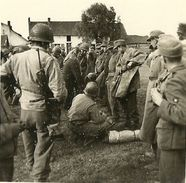 BELGIQUE GUERRE 40-45 PHOTO ORIGINALE DE LA LIBERATION DE MONS CUESMES EN 1944 CIVILS ET SOLDATS GI'S AMERICAINS - Oorlog, Militair