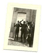 BELGIQUE GUERRE 40-45 PHOTO ORIGINALE DE LA LIBERATION DE MONS CUESMES EN 1944 PRISONNIERS ALLEMAND PAR LES GI'S - Oorlog, Militair