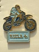 PIN'S MOTO  RIZLA + - FABRIQUANT DE CIGARETTES - TABAC - Motorbikes