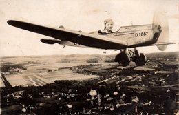 Carte Photo Montage Originale Aviation, Jeune Fille Dans Un Avion Survolant Un Village - Joli Montage Photo Vers 1930/40 - Krieg, Militär