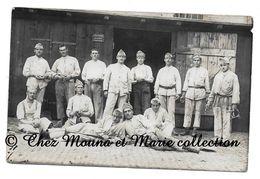 12 EME REGIMENT DEVANT LE MAGASIN A FOURRAGE TENANT MATERIEL POUR CHEVAUX 1924 - 4 EME BATTERIE - CARTE PHOTO MILITAIRE - Régiments