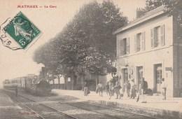 MATHAUX - LE TRAIN ARRIVE EN GARE - TRES BELLE CARTE - ANIMATION SUR LE QUAI DE LA GARE - TOP !!! - Gares - Avec Trains