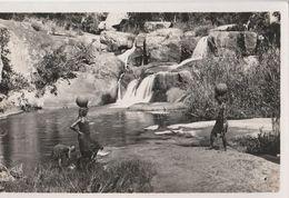 13434) AFRICA DA IDENTIFICARE RAGAZZE PRENDONO ACQUA DALLA CSCATA NON VIAGGIATA - Cartoline