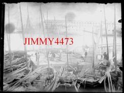 Plaque Photo De Verre - Barques à Voiles Dans Un Port à Identifier, Bien Animée - Taille 118 X 88 Mlls - Négatif-Positif - Plaques De Verre