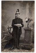-Photo Militaire En Pied,  Régiment De Cuirassiers ( ?) Col 14, Casque, Sabre, Insigne Manche - Anonymous Persons