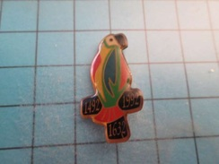 Pin810d Pin's Pins : BEAU ET RARE :  PERROQUET MULTICIOLORE VIN HENRI MAIRE 1492 1632 1992 , Marquage Au Dos : -  - - Animals