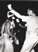 PHOTO--POLYNESIE Souvenir D'escale à TAHITI ?--porte-avions FOCH Ou CLEMENCEAU ( Année 1966-68 ? )-voir 2 Scans - Polynésie Française