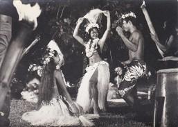 PHOTO--POLYNESIE Souvenir D'escale à TAHITI  Vahinés ?--porte-avions FOCH Ou CLEMENCEAU ( Année 1966-68 ? )-voir 2 Scans - Polynésie Française