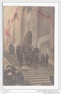 84 - Avignon - Carte Photo - Porte Du Palais Des Papes - Officiers Etrangers - Marguerites - Avignon