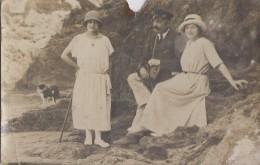 Photographie - Carte-Photo - Famille Plage Rochers - Mode -  Appareil Photographique - Chien - 1923 - Photographie