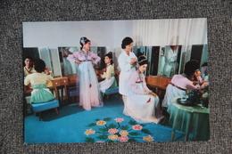 """PYONGYANG - Maison De La Culture """" 8 Février """" : Artistes Dans La Salle De Maquillage - Corée Du Nord"""