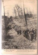 EN ARGONNE SOLDATS PARTANT POUR LA RELEVE DES TRANCHEES ECRIS - War 1914-18