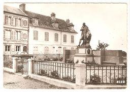 Beaumont-en-Auge - Statue De 'de Laplace' - Postes Télégraphe Téléphone Caisse D'épargne - Classic Car - 1977 - Frankrijk
