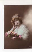 Ellen Tenant Bouquet De Fleurs Et Belle Robe - Portraits