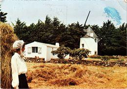 ILE D'YEU (85) Jeune Fille Parée De La Coiffe Islaise Près Du Moulin Du Calvaire - Carte Postée - Ile D'Yeu
