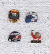 Lot De 4 Pins Pin's Casque Formule 1 Prost Senna Berger Voiture Course Automobile Malboro Avec Attaches - Badges