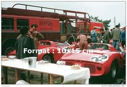 Reproduction D'une Photographie Des Ferrari 250P Avec Leur Camion De Transport Aux 24H Du Mans De 1963 - Reproductions