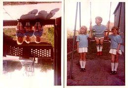 2 Photos Couleurs Originales Les Triplets à La Balançoires Et Devant La Mercedes Balai ! Frère & Soeurs Jumeaux - Personnes Anonymes