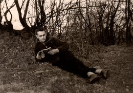 Photo Originale Lecture & Lecteur Allongé En Forêt  Absorbé Par Son Livre - Personnes Anonymes