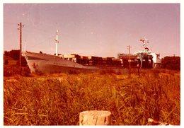 Photo Couleur Originale Navire - Porte-Conteneurs Holmsund Destiné Au Transport De Conteneurs Navigant Sur L'Herbe - Schiffe