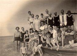 Photo Originale Plage & Maillot De Bain - Enorme Groupe Familial En Maillots De Bains Sur Un Bateau échoué En 1928 - Pin-up