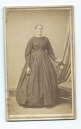 PHOTO CDV EPOQUE EMPIRE Femme        Photographe :  A.M ALLEN ( Etats Unis) Avec Timbre Au Dos - Anciennes (Av. 1900)