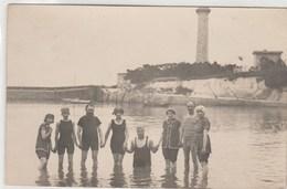 Carte-photo - élégants Baigneurs , Bord De Mer,  Phare (?) Ou Chateau D'eau - A Identifier