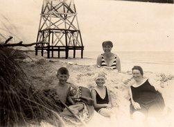 Photo Originale Plage & Maillot De Bain - Deux Femmes Et Enfants En Maillots à La Plage En 1928 - Tour, Phare En Bois - Personnes Anonymes
