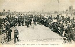 N°55816 -cpa Orléans -les Gendarmes En Tête Du Cortège- - Police - Gendarmerie