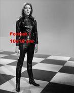 Reproduction D'une Photographie De La Séduisante Emma Peel En Combinaison Cuir Noir, Revolver Et Bottes En Cuir Noir - Reproductions