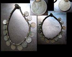 Beau Collier THARU Pièces De 1910 / Old Coin Necklace From Nepal - Autres Monnaies