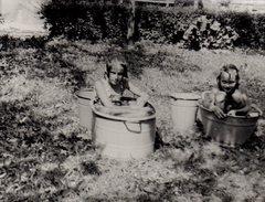 Photo Originale Bain & Baignoire De Tôle Extérieure Pour 2 Gamines Par Grosse Chaleur, Toilette Ou Baignade ? - Personnes Anonymes