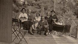 Photo Originale Landau & Poussette Et Famille En Terrasse Dégustant Des Grappes De Raisin Vers 1930 - Objects