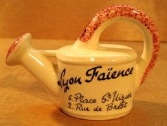 SALIERE ARROSOIR LYON FAIENCE 5 PLACE ST-NIZIER 2 RUE DE BREST DECOR MAIN - Vaisselle, Verres & Couverts