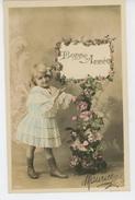 ENFANTS - LITTLE GIRL - MAEDCHEN - Jolie Carte Fantaisie Portrait Fillette Et Roses De Bonne Année - Portraits
