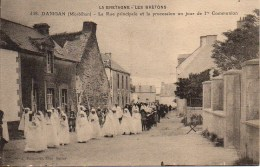 56 DAMGAN La Rue Principale Et La Procession Un Jour De 1ere Communion - Damgan