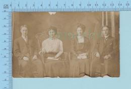 Couples - Deux Couples Assis Sur Chaise De Rotin, Photo Reel,papier AZO - CPA Carte Postale Post Card - Couples