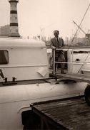 Photo Originale Descente De Navire Au Pied D'un Phare à Identifier - Schiffe